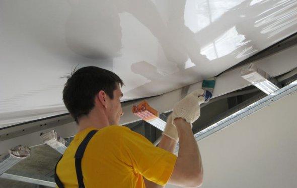 установка натяжного потолка
