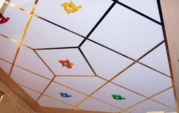 Потолок, отделанный