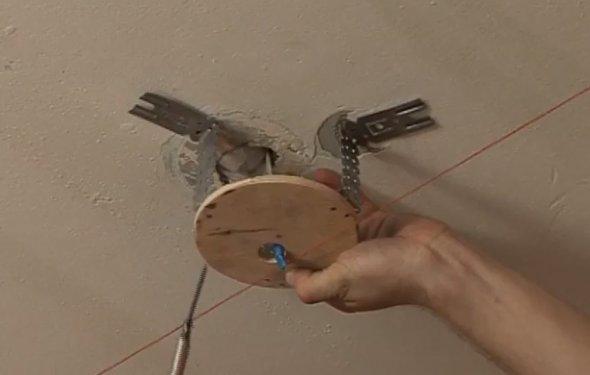 Как сделать светильники на натяжном потолке